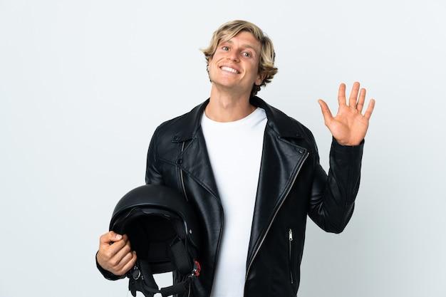 Angielski mężczyzna trzyma kask motocyklowy, salutując ręką z happy wypowiedzi
