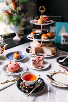 Angielski popołudniowy zestaw do herbaty, w tym gorąca herbata