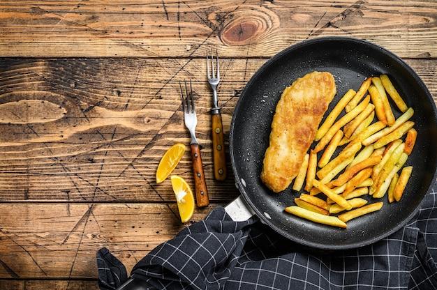 Angielski tradycyjny danie z rybą i frytkami na patelni
