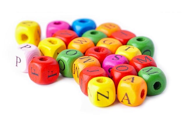Angielskie kolorowe litery alfabetu na białym tle.