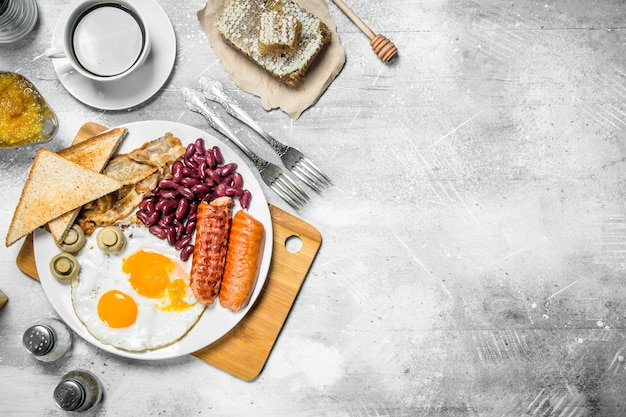 Angielskie śniadanie. różnorodne przekąski z aromatyczną kawą. na rustykalnym.
