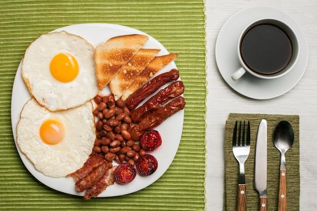 Angielskie śniadanie z czarną kawą