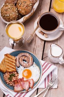 Angielskie śniadanie ze smażonymi jajkami