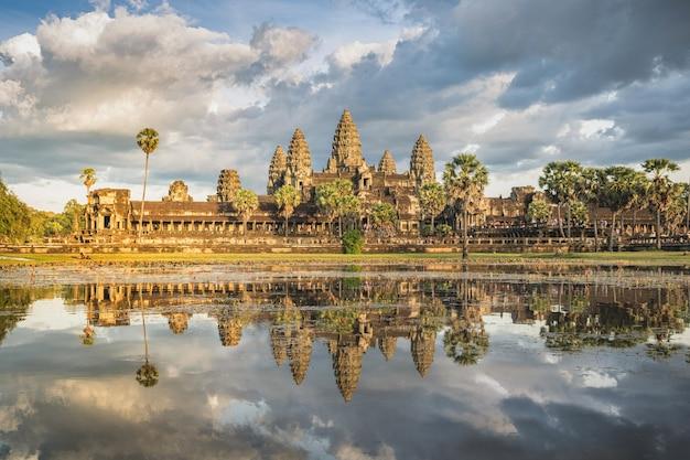 Angkor wat po drugiej stronie jeziora