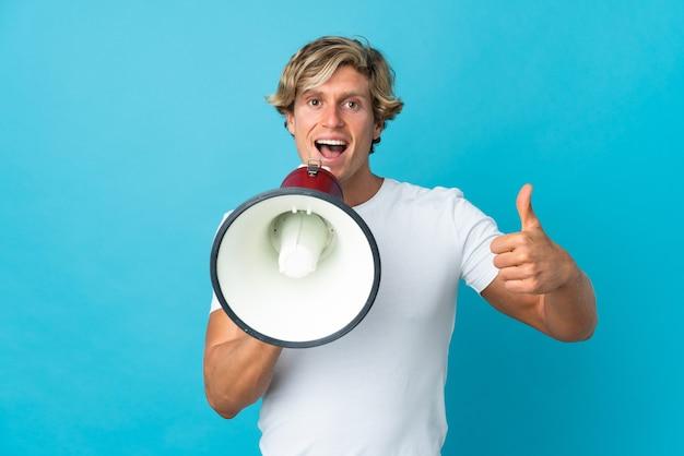 Anglik nad odosobnioną niebieską ścianą krzyczy przez megafon, żeby coś ogłosić i kciukiem do góry