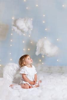 Anioł dziecko ze skrzydłami