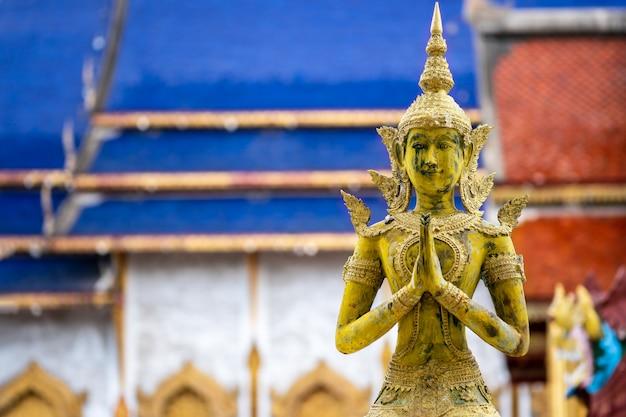 Anioł statua płacić szacunek przy chiang mai tajlandia świątynią. buddyzm tajski religia i kultura.