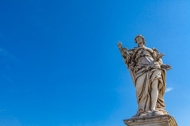 Anioł statua przy sant angelo mostem w rzym