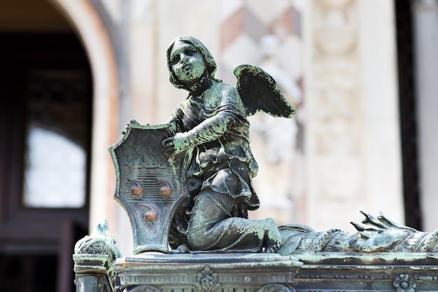 Anioł trzymający tarczę z herbem colleoni jako dekoracja ogrodzenia katedry w bergamo we włoszech