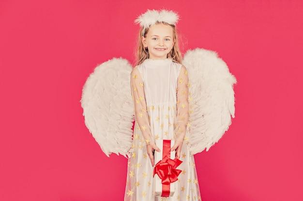 Anioł z nieba daje ci prezent