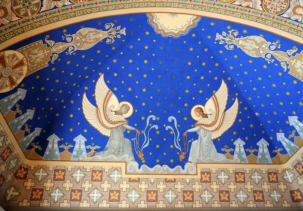 Anioły namalowane na suficie kościoła.