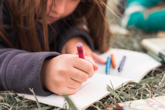 Anonimowa dziewczyna rysunek na trawie