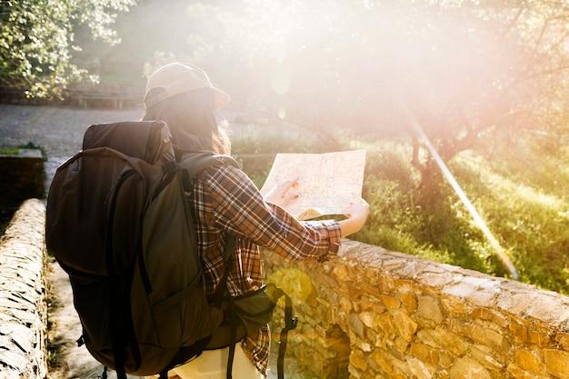 Anonimowa kobieta czyta mapę