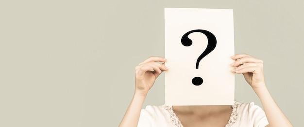 Anonimowa kobieta. kobieta incognita.girl pytanie anonimowe incognita. znak zapytania.
