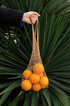 Anonimowa kobieta trzyma świeże pomarańcze