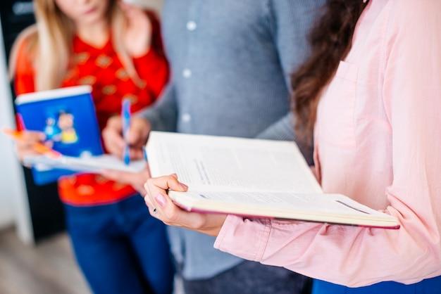 Anonimowi uczniowie przygotowują się do egzaminu