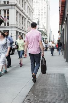 Anonimowy człowiek idzie do pracy