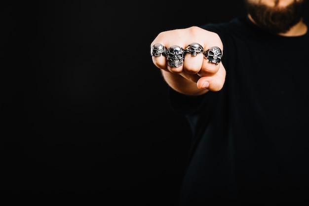 Anonimowy mężczyzna pokazano pięść w pierścieniach
