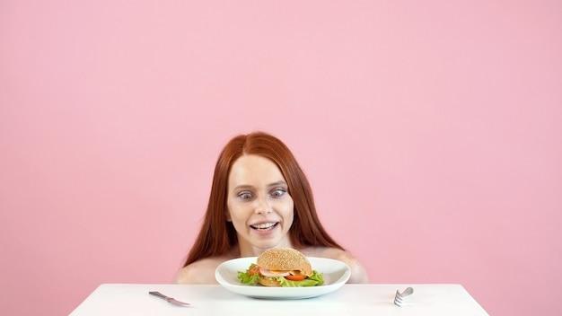 Anorektyczka zmaga się z pokusą zjedzenia burgera