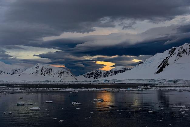 Antarktyczny krajobraz z lodowcem i górami