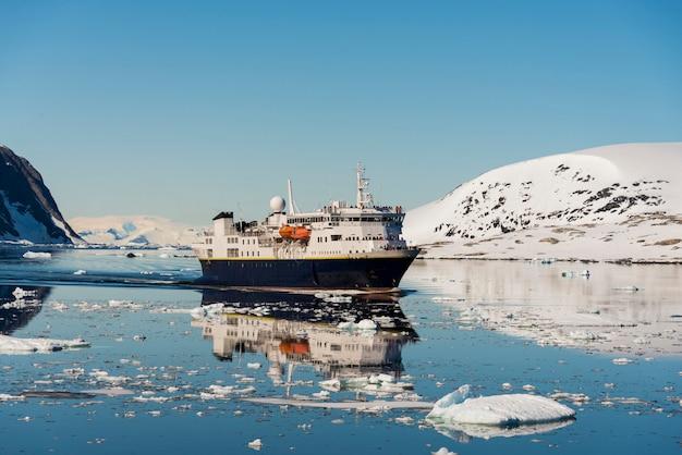 Antarktyczny krajobraz ze statkiem
