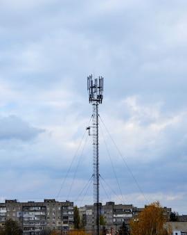 Antena 3g lub 4g w mieście na tle nieba.