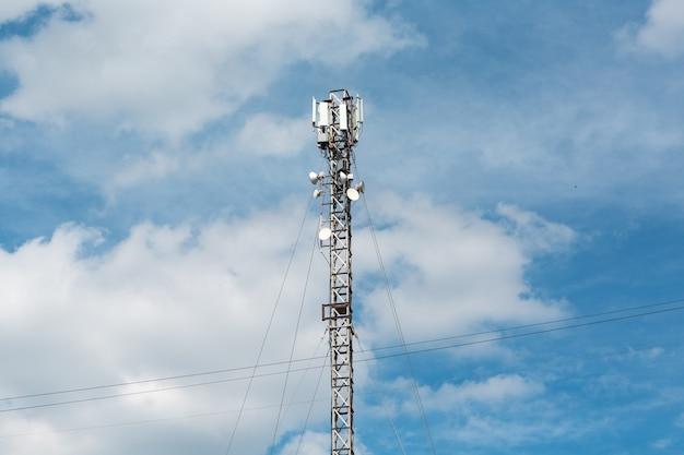 Antena budynku komunikacji i błękitnego nieba
