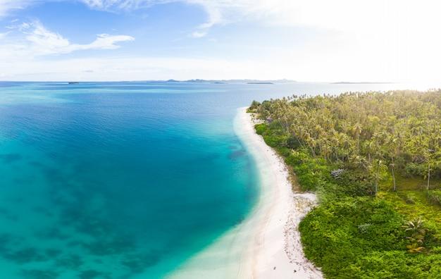 Antena: egzotyczna tropikalna wyspa biały piasek z dala od wszystkiego, rafa koralowa morze karaibskie turkusowa woda. indonezja sumatra banyak wyspy