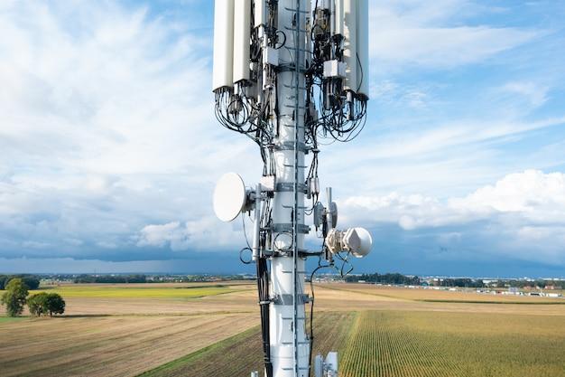 Antena komórkowa 4g, 5g na tle błękitnego nieba, zbliżenie