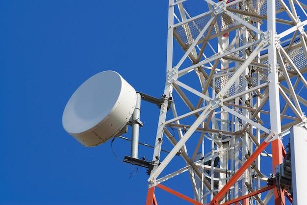 Antena komunikacyjna do telefonu komórkowego z anteną satelitarną