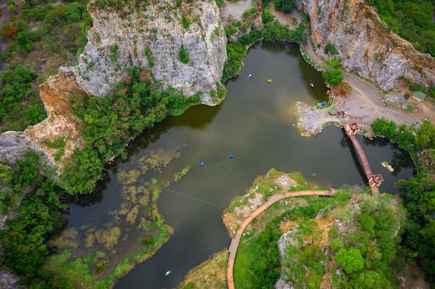 Antena nad widokiem khao ngoo górska skała lub wąż górska skała są wysokim klifem