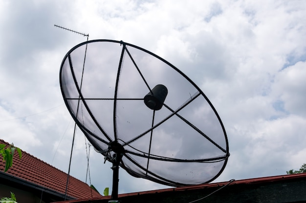 Antena satelitarna na dachu domu.