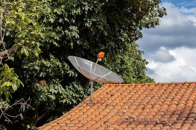Antena satelitarna na sygnał telewizji analogowej zainstalowana na dachu