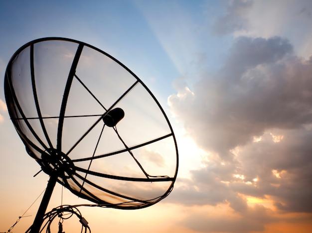 Antena satelitarna nad zmierzchu niebem
