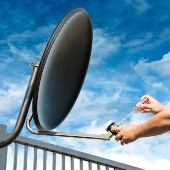 Antena satelitarna naprawy rzemieślnika