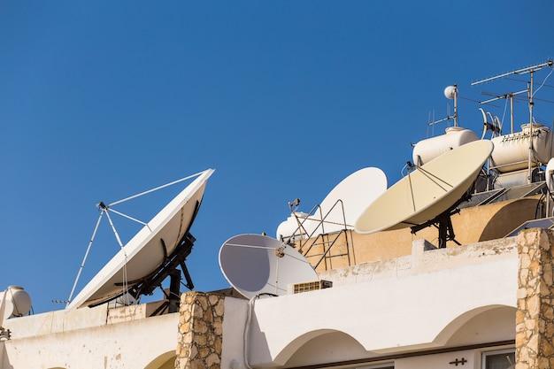 Antena satelitarna z niebem na dachu
