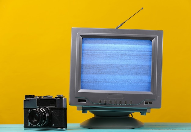 Antena staromodny odbiornik tv retro z kamerą filmową na żółto.