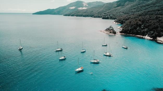 Antena strzał piękna błękitna laguna przy gorącym letnim dniem z żeglowanie łodzią. widok z góry.