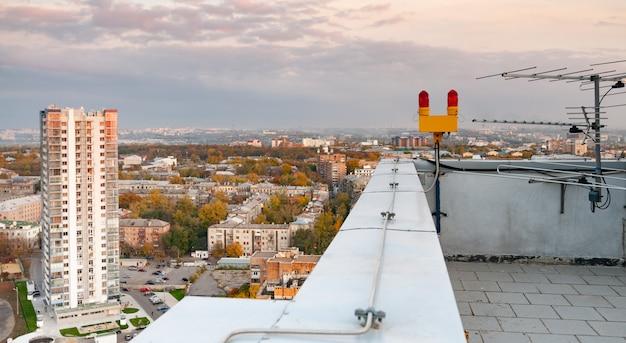 Antena telewizyjna na dachu wielopiętrowego budynku