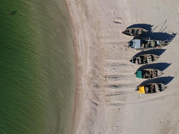 Antena tradycyjnych łodzi rybackich na piaszczystej plaży