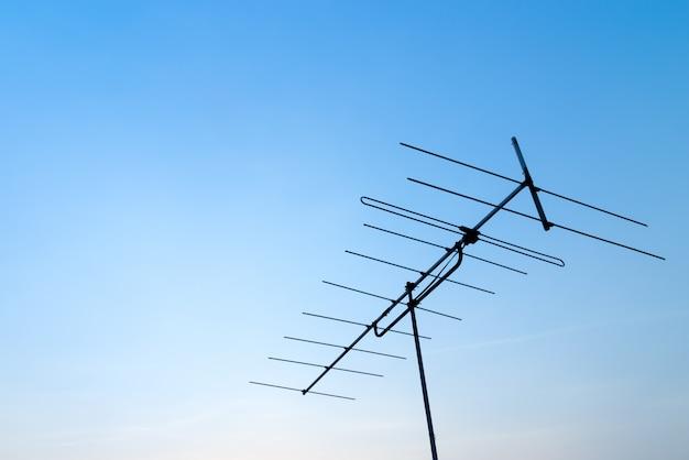 Antena z niebieskim niebem. zamknij antenę
