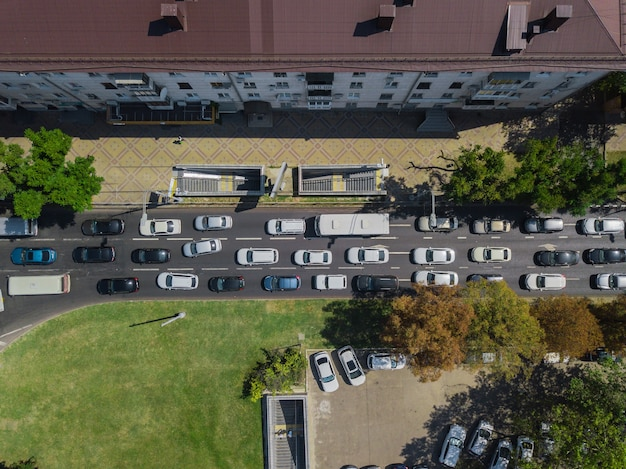 Antenowa droga abstrakcyjny widok z góry na dół miejskiego ruchu miejskiego w godzinach szczytu