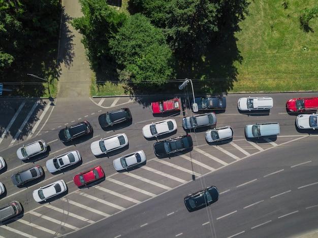 Antenowa droga abstrakcyjny widok z góry na dół miejskiego ruchu miejskiego w koncepcji transportu w godzinach szczytu