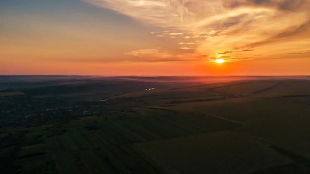 Antenowe drone panorama widok natury w mołdawii o zachodzie słońca. wieś, szerokie pola, wzgórza