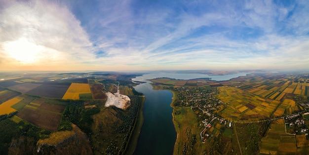 Antenowe drone panoramiczny widok natury w mołdawii o zachodzie słońca. wieś, rzeka, szerokie pola