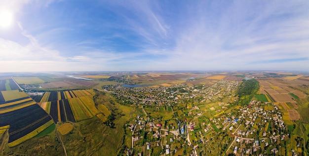 Antenowe drone panoramiczny widok natury w mołdawii. wieś, jeziora, szerokie pola