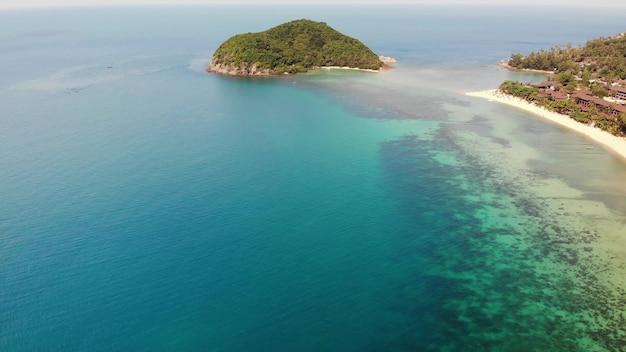 Antenowe drone widok mała wyspa, tajlandia ko phangan. egzotyczne wybrzeże, plaża piaszczysta. palmy cconut