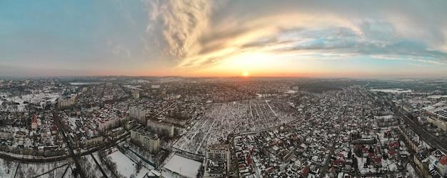 Antenowe drone widok na panoramę kiszyniowa, mołdawia o zachodzie słońca.