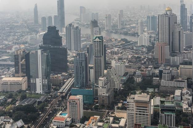 Antenowe gród malowniczego bangkoku w ciągu dnia z dachu. panoramiczna linia horyzontu największe miasto w tajlandii. pojęcie metropolii.