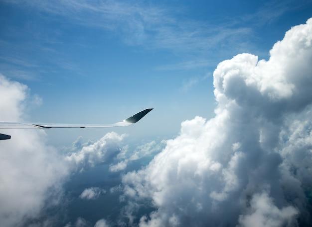 Antenowe niebo i chmury w tle